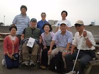 参加者8人、笑顔で記念撮影