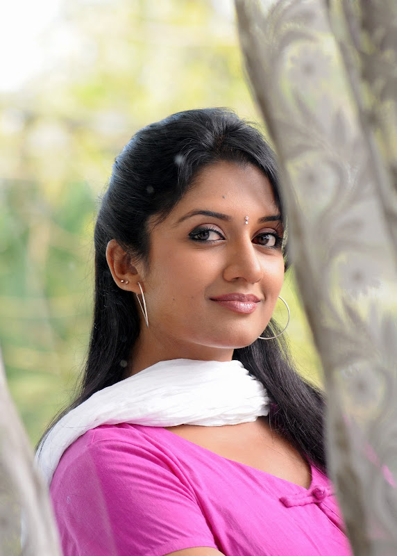 Actress Vimala Raman HQ Latest Stills cleavage