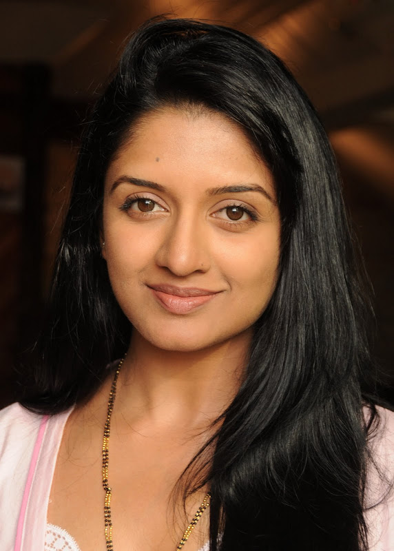 Actress Vimala Raman HQ Latest Stills gallery pictures