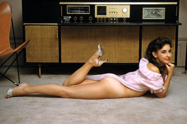 Girl_Console_Radio.jpg