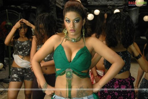 http://1.bp.blogspot.com/_NVwBSBtMZfY/TLHtIn5aMII/AAAAAAAAEvE/6OWZkwAb32U/s1600/Mumaith-Khan-showing-her-big-boobs1.jpg