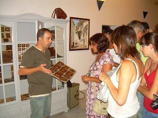 Paco Solano haciendo una visita guiada a 'Manos y Magia en la Piel'