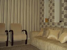 Sala revestida com tecido em composê