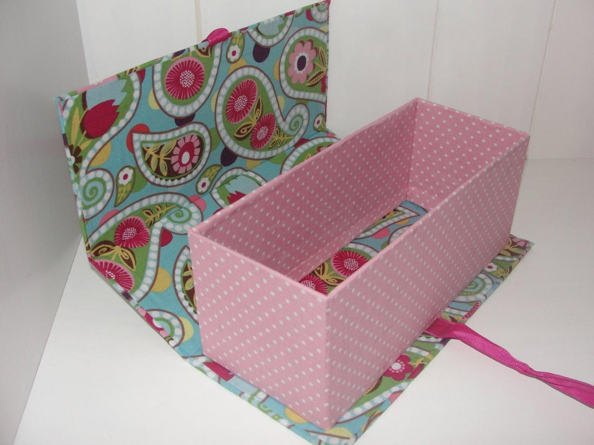 Caixa de papelão forrada com mix de estampas. Fechamento com cordão  #7B313D 1200x900