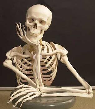 Capricórnio rege o esqueleto, a estrutura do corpo, a pele, cabelos, unhas, joelhos, dentes