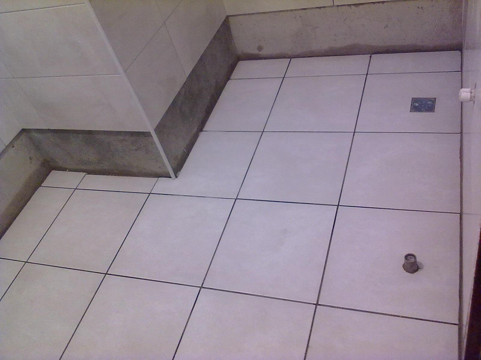 disso também foi iniciado o rejunte na parede do banheiro social #4C455D 1600x1200 Azulejos Banheiro Preto E Branco