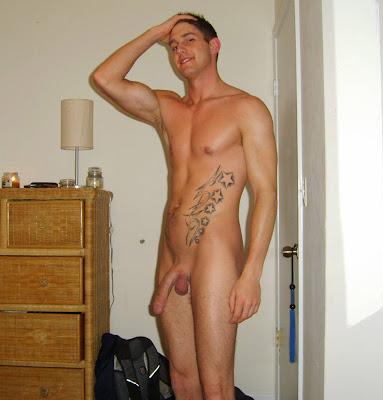 Il montre firement son corps nu devant des filles - CFNM