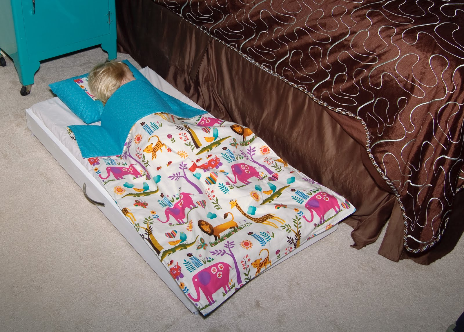 lilybug designs toddler trundle bed tutorial - my daughter has already put it to use as you can see