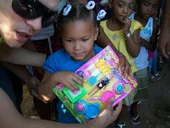 UNA BEBE recibe su juguete de parte de todos los que creyeron en este proyecto