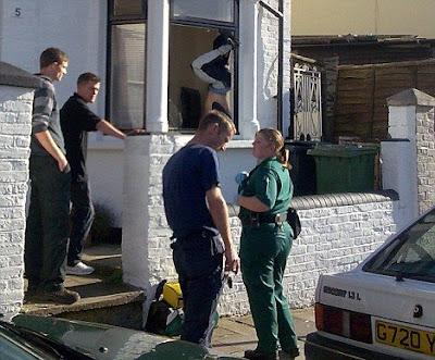 politia si hotul atarnat de fereastra