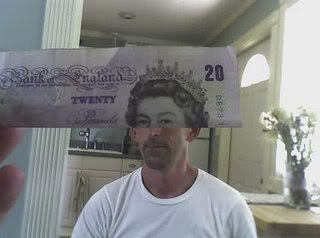 Illusion created using banknotes (11) 9