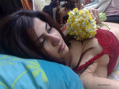 Deshi Sexy Babes: Hot dick raising pics of a Pakistani call centre girl from Lahore showing her juicy tits and cleavage