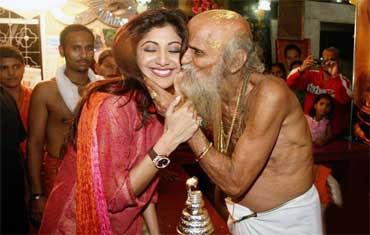 2009: Temple priest kisses Shilpa Shetty