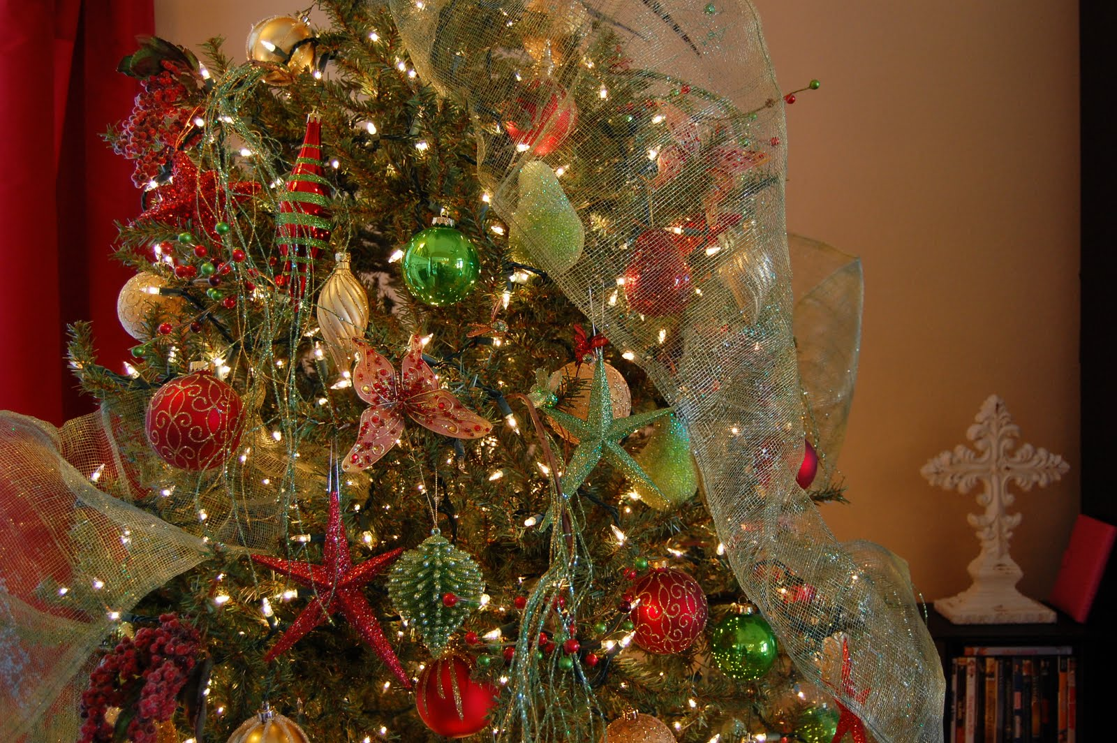 Tree decorating ideas with mesh ribbon i love this green wire mesh