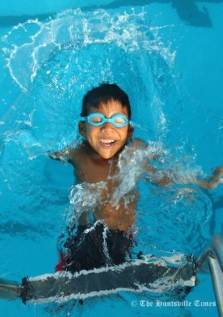 طفل يسبح بلا أرجل ويد واحدة-ابداعات البشر-منتهى