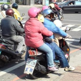 China: Acidente com mota que levava 5 passageiros