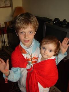 Ο Γιάννης, φοράει τη μικρή του αδερφή, Σμαράγδα! Κοίτα μαμά, χωρίς χέρια!