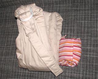 Αριστερά ένα sling με κλειστή ουρά και ενίσχυση-μαξιλαράκι και δεξιά ένα Αστεράκι sling