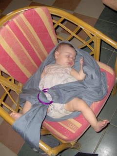 Κρατώντας τη μυρωδιά της μαμάς, το μωρό συνεχίζει τον ύπνο του ακόμα και στην άβολη καρέκλα!