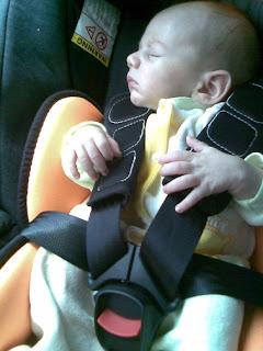 Νεογέννητο μωράκι σε καρεκλάκι αυτοκινήτου