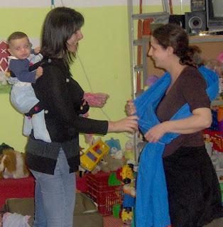 Αν ξέρεις έστω και έναν τρόπο να φοράς το μωρό σου με άνεση και ασφάλεια, μπορείς να βοηθήσεις κάποιον άλλο!