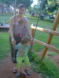 Με δυο παιδιά στην παιδική χαρά