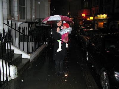 Στη βροχή με το μωρό, δυο δυο κάτω απ' την ομπρέλα!