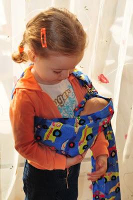 Έτσι, έρχεται πιο κοντά στο νεογέννητο αδελφάκι της, φροντίζοντας κι εκείνη το δικό της μωρό!