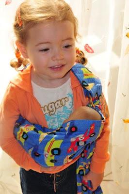 Κάν'το όπως η μαμά! Με μάρσιπο αγκαλιάς τύπου sling για τη μικρή της κούκλα!