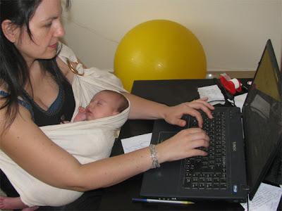 Με το μωρό μου να κοιμάται, εργάζομαι στον υπολογιστή μου!