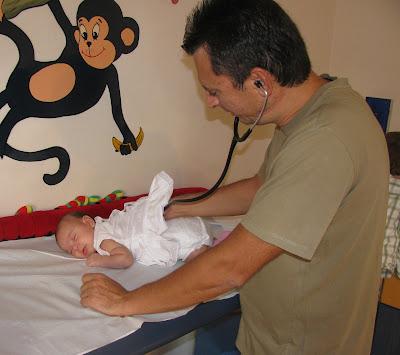 Το μωρό μου είναι ήσυχο ενώ την εξετάζει ο παιδίατρος!