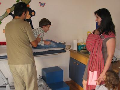 Επίσκεψη στον παιδίατρο με τρία παιδιά!