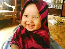 kakak zahra tersenyum riang