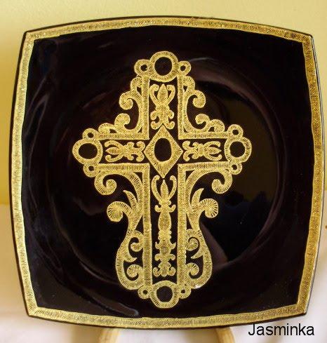 crtani zlatovez se radi na crnim i bijelim tanjurima i na bocama radi