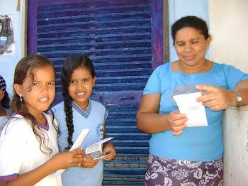 Crianças entregando panfletos