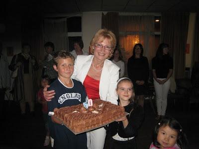 Надя с тортом в окружении детей