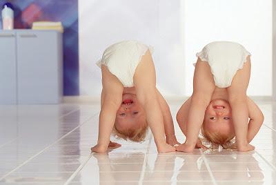 Двое малышиков в памперсах