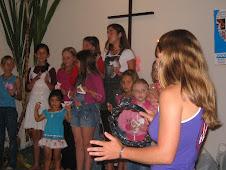 As crianças da Escola Bíblica apresentaram uma canção em  gratidão a Deus pelas colheitas.
