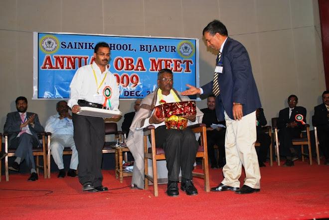 3.Ajeet Major General VS Soman Goudar, UYSM, AVSM, VSM, felicitating Shree VN Mannapur Dece 2009
