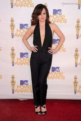 MTV  Movie Awards 2010 - Página 7 Gallery_main-elizabeth-reaser-mtv-movie-awards-photos-06062010-01