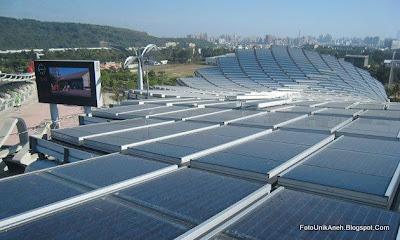 Ribuan Panel Surya Ditempatkan Pada Atap Untuk Mengubah Sinar Matahari Menjadi Listrik