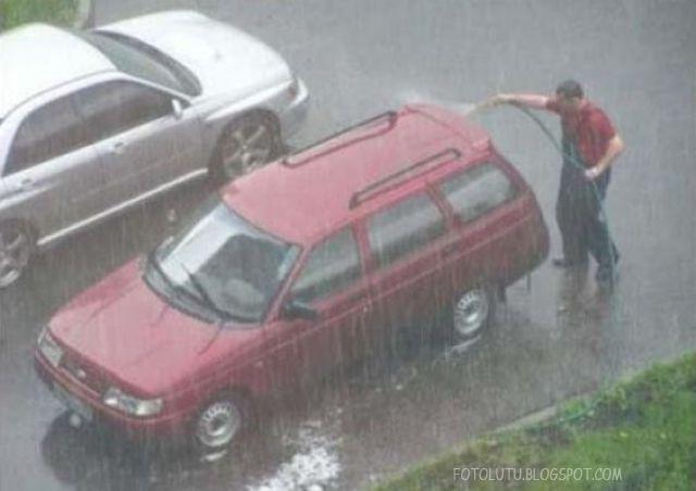 Hujan-hujan kok malah cuci mobil