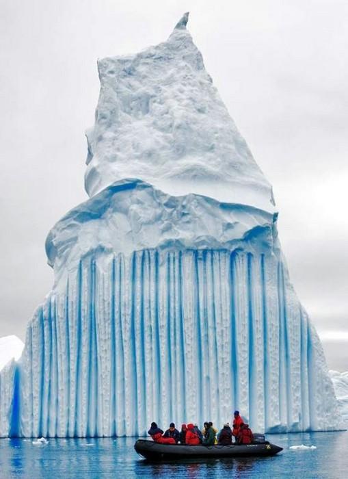 Gunung Es Dengan Bentuk Patahan Dan Lelehan Yang Unik