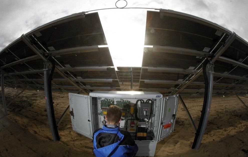 Instalasi Panel Surya Pada Pembangkit Listrik Tenaga Surya