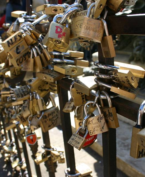 Gembok Cinta Lambang Komitmen Dikunci Di Pagar