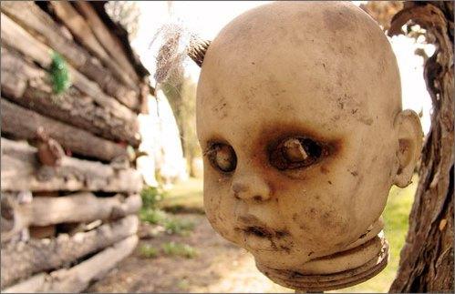 Sepenggal Kepala Boneka Yang Tergantung Di Negeri Boneka