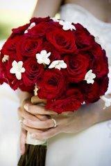 Bouquet vermelho lindo, só ñ sei qu flores brancas são essas