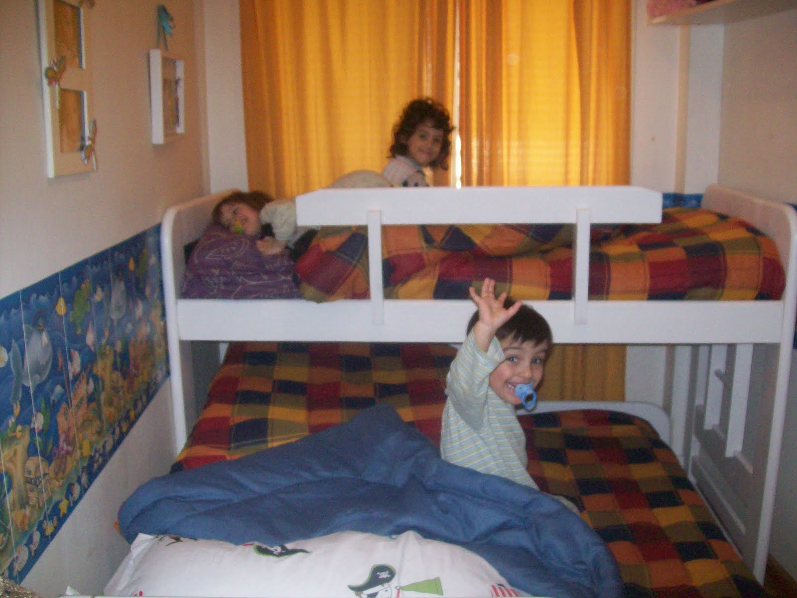 Ella los trillizos y yo camas triples open 24 - Como distribuir una habitacion ...