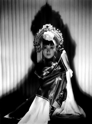 Anna May Wong in glorious black and white.