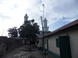 Fiquei na casa ao fundo desta rua, nas traseiras da mesquita
